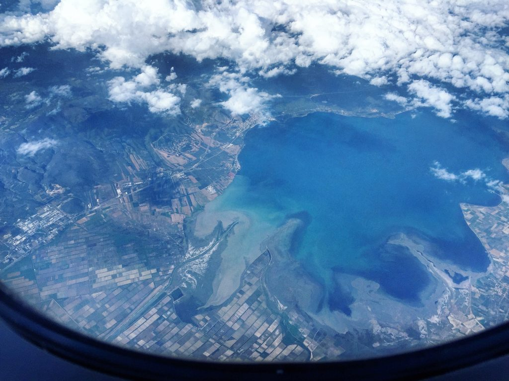 Dans le nord de la Grèce, lors d'un vol Athènes - Paris, place 34F