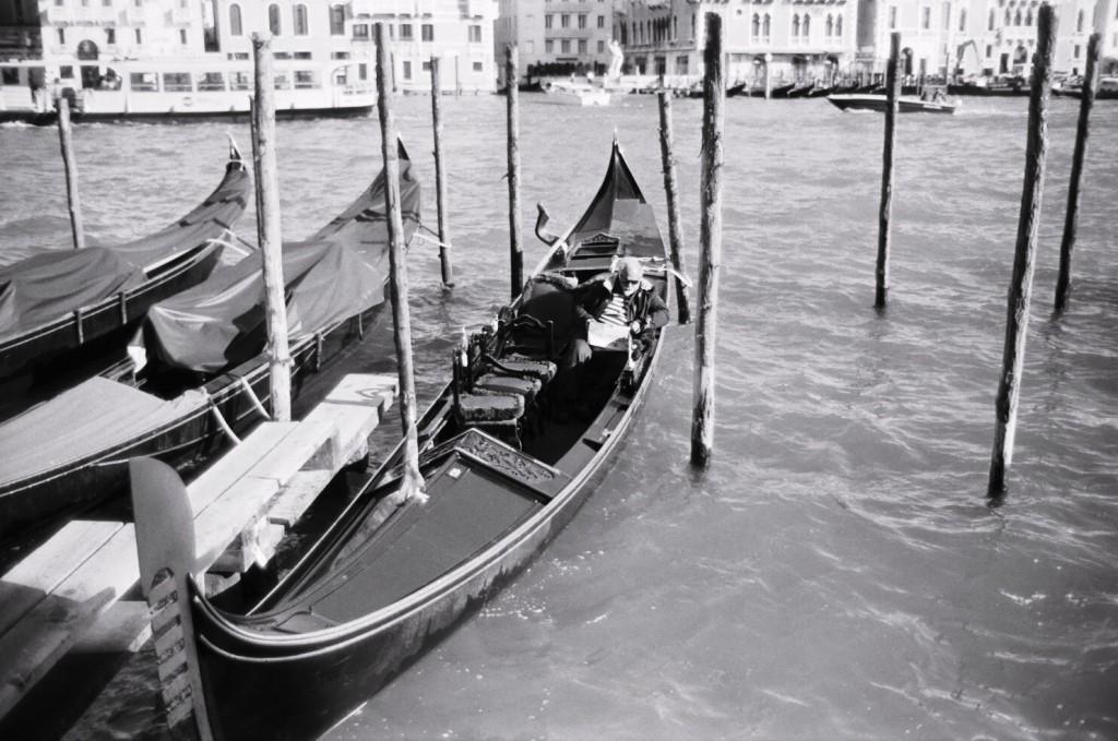 Lecture matinale sur le Grand Canal à Venise