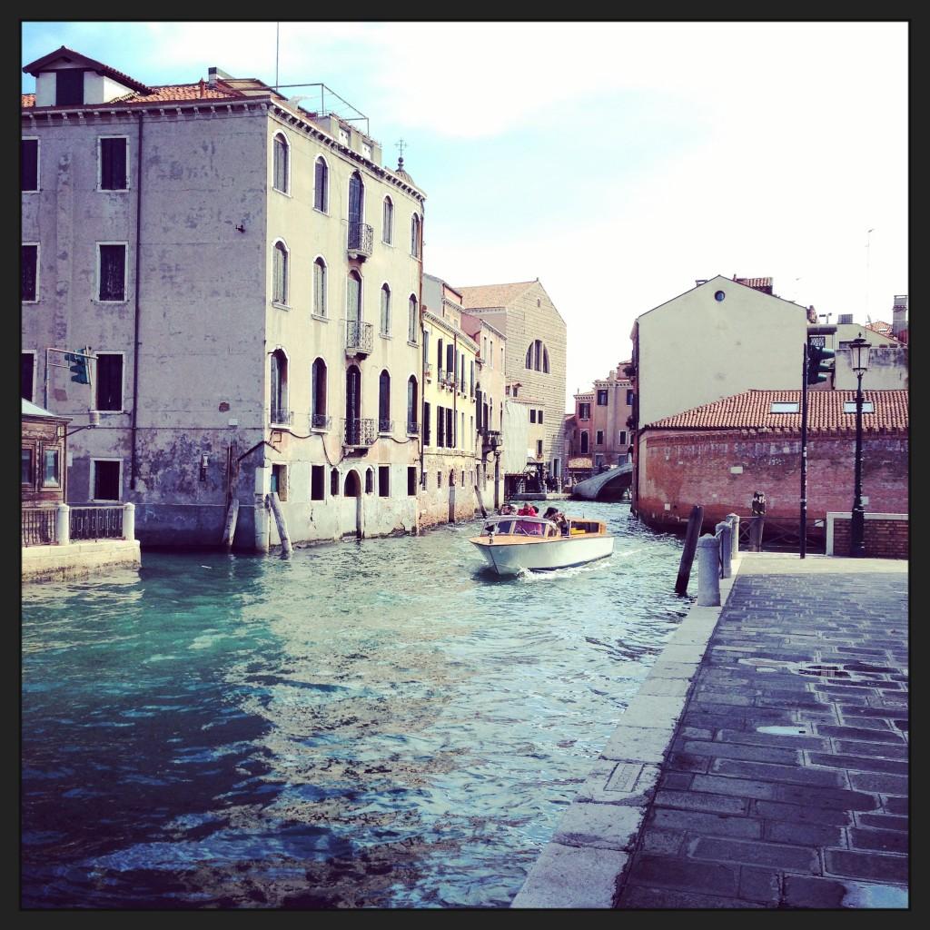 43. Un bateau taxi sur les canaux de Venise