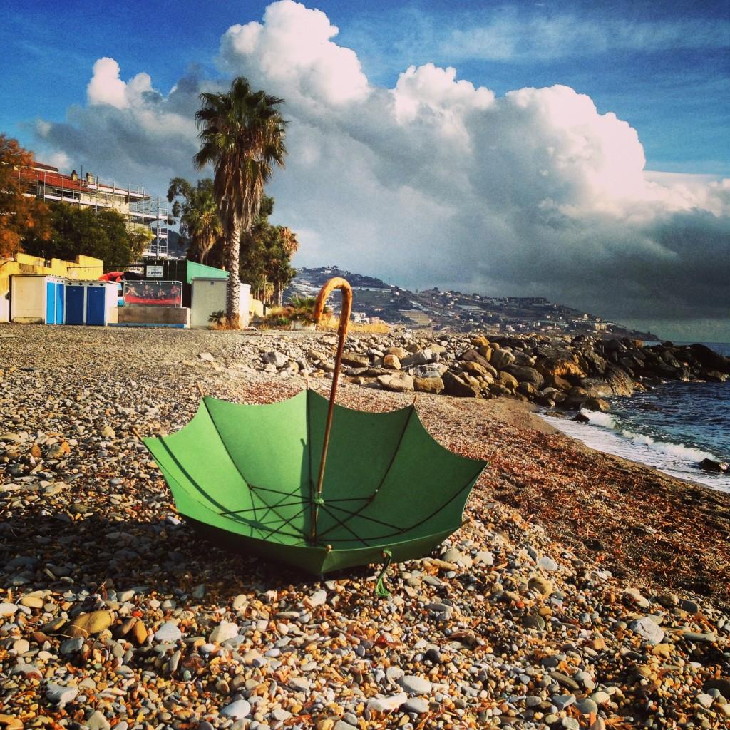 Un parapluie oublié sur une plage en Italie