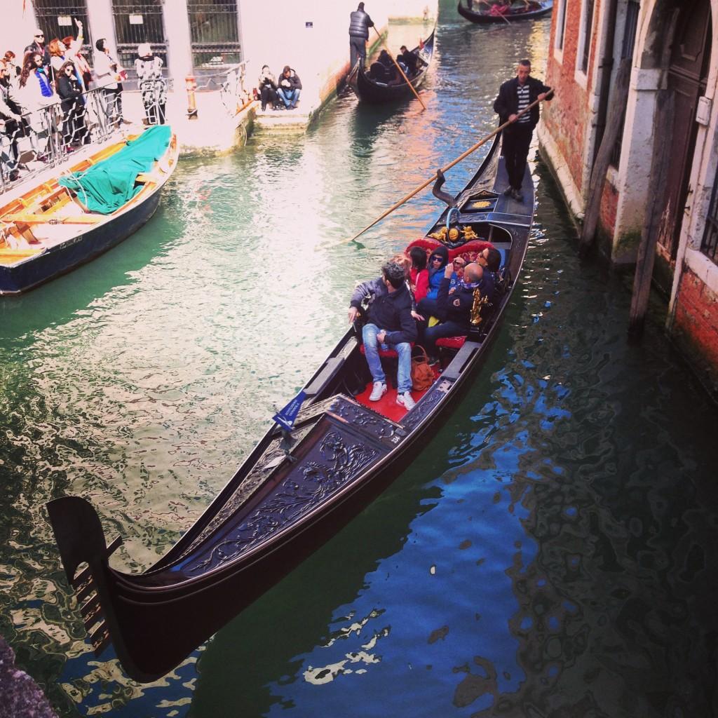 25. Zoom sur une gondole à Venise