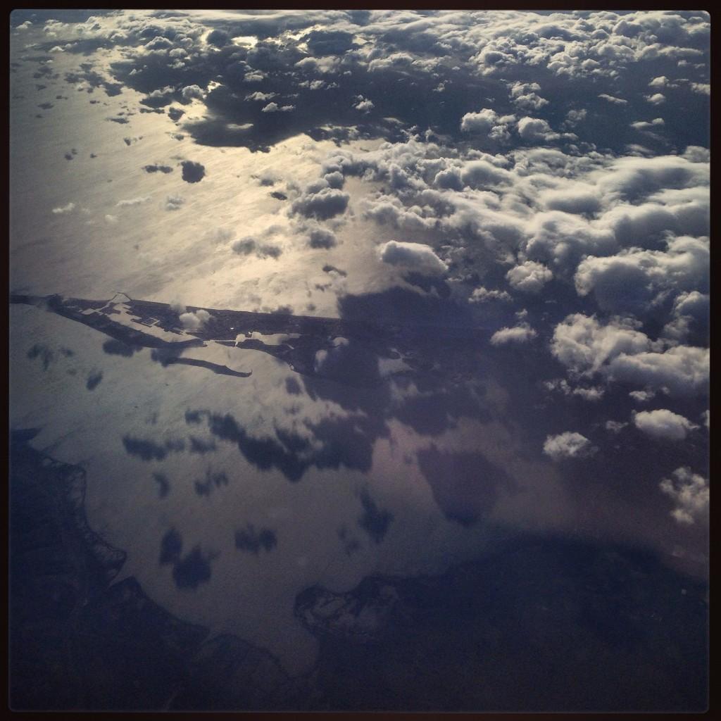 La mer Méditerranée vue depuis le hublot d'un avion