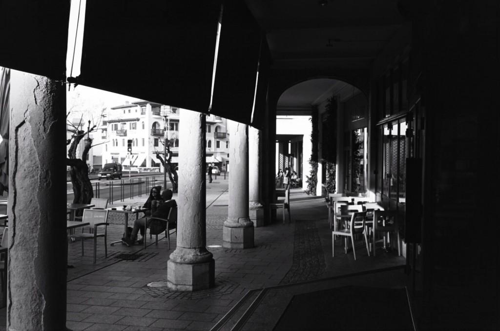 A l'abri à Biarritz sous les arcades des Colonnes