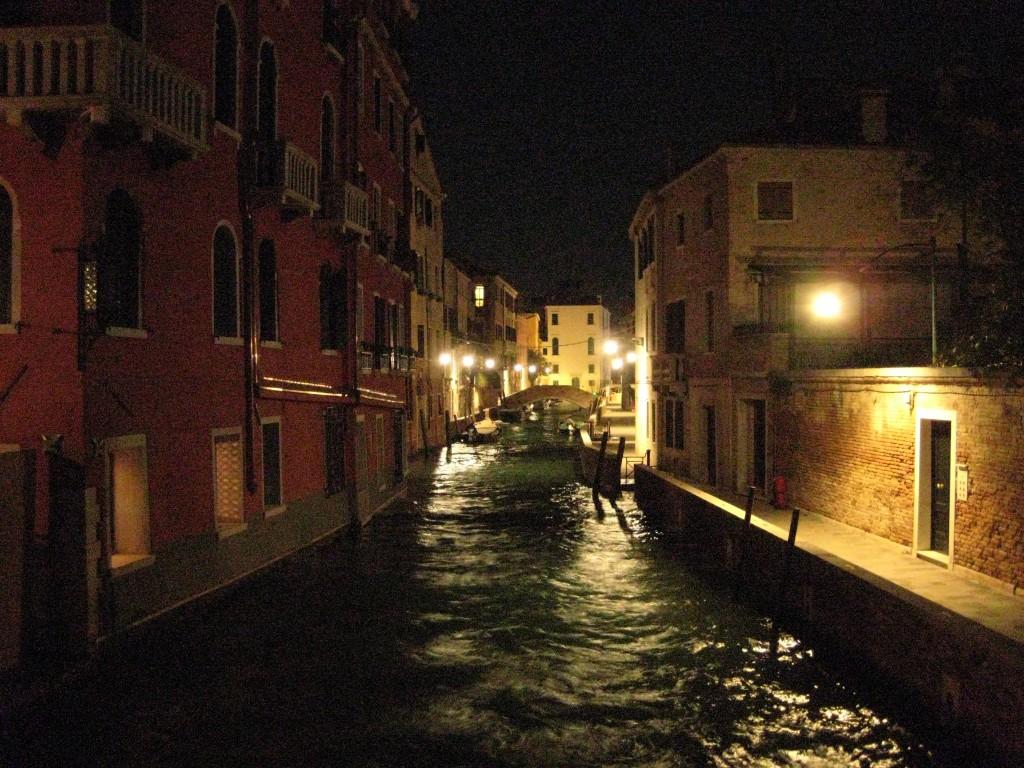 Calme, impassible, Venise la nuit