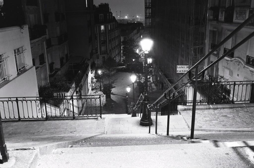 La face nord de Montmartre à Paris la nuit