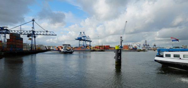 L'immense port de Rotterdam, l'un des plus grands ports du monde