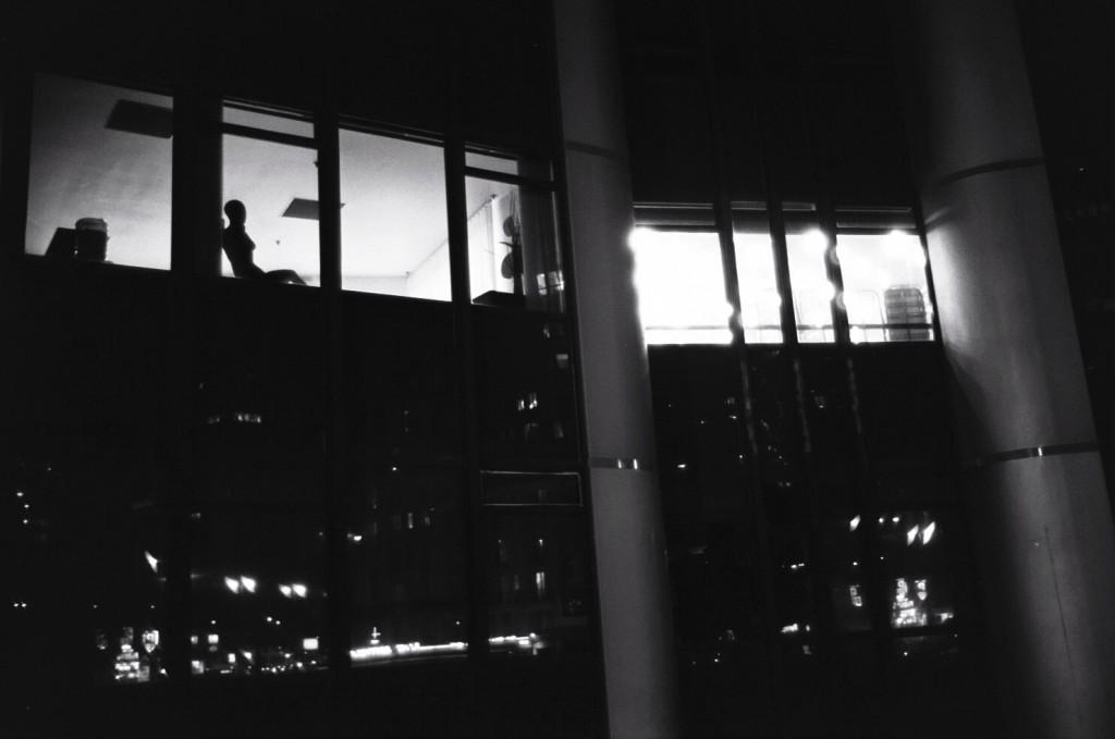Mystère la décoration d'un bureau Parisien vu de nuit