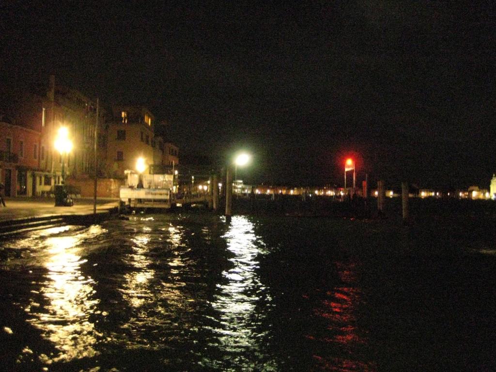 Reflets nocturnes sur le canal de Venise