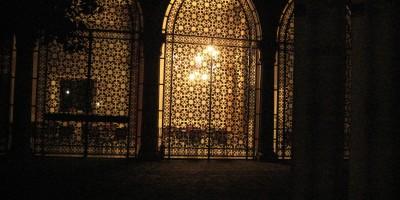 Un palais éclairé à Venise la nuit