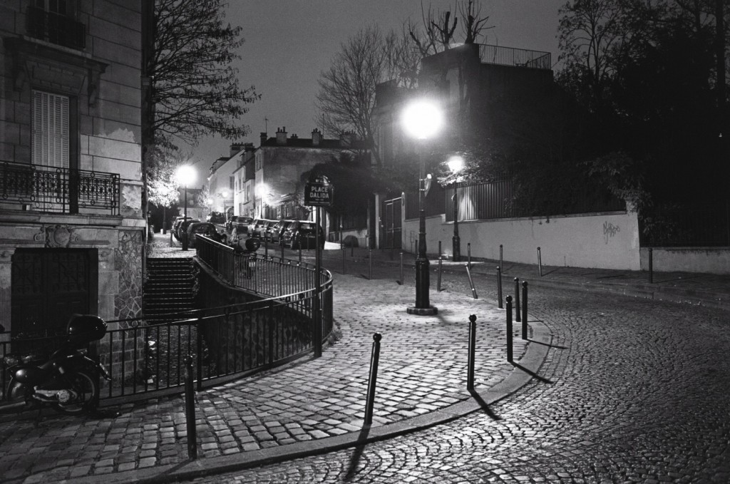 Une rue déserte la nuit à Paris