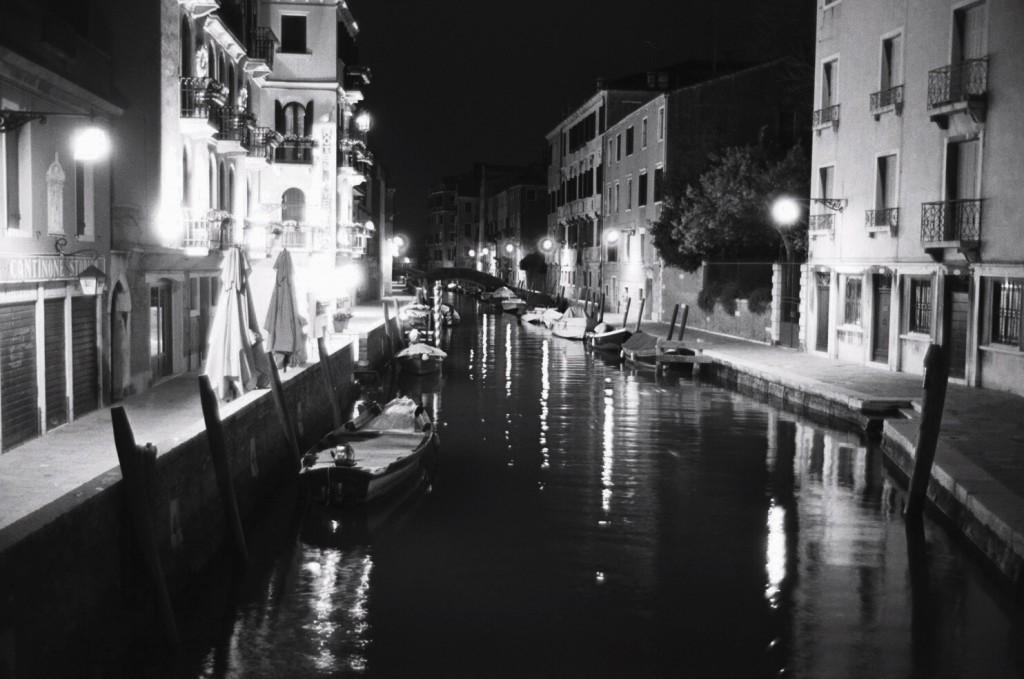 Venise déserte et immobile durant la nuit