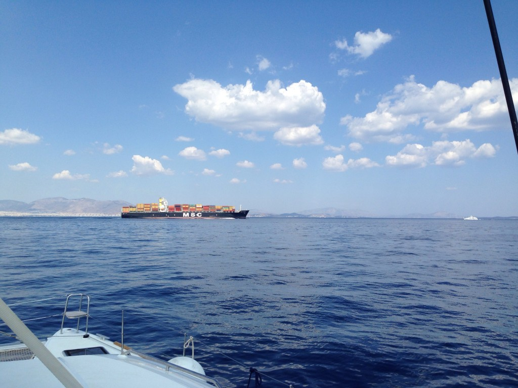 Un porte conteneur sortant du port d'Athènes