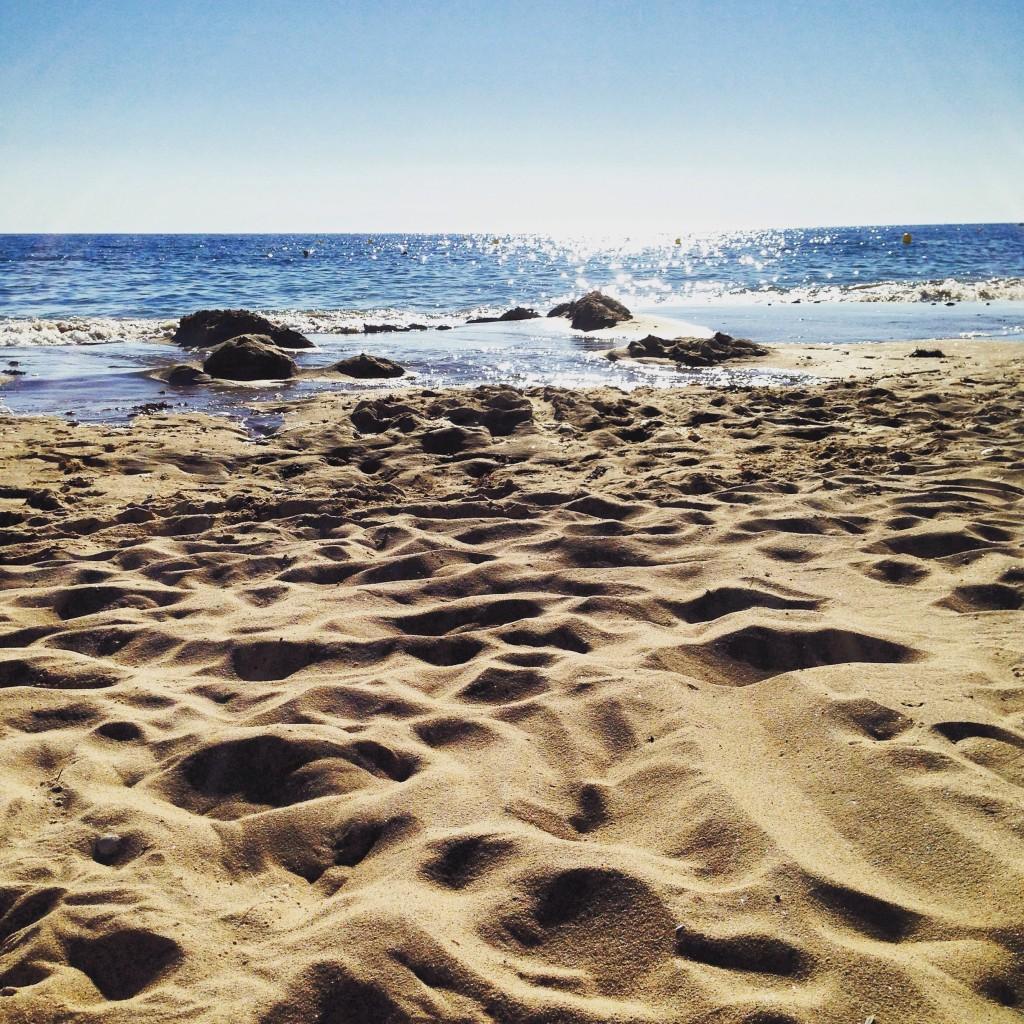 Fin d'une belle journée d'été sur une plage déserte