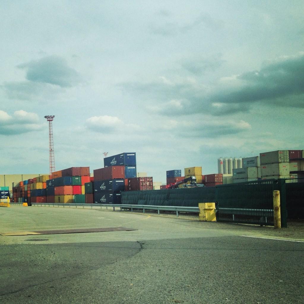 Des conteneurs en attente de chargement au port d'Anvers