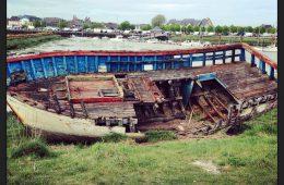Une carcasse de bateau dans l'arrière port du Crotoy