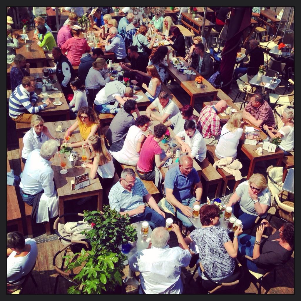 Un grand mélange de personnalités dans une brasserie allemande le long du Rhin