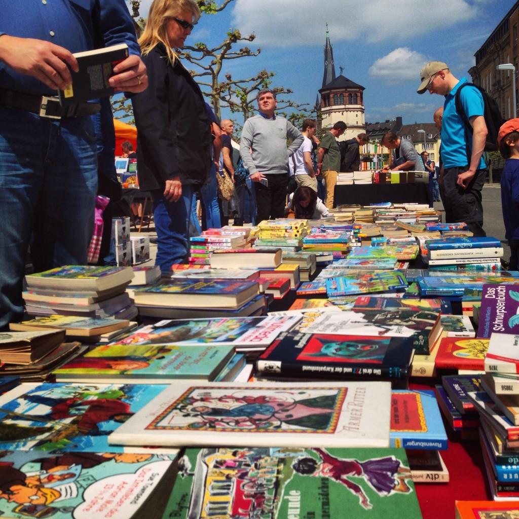 Un marché aux livres le long du Rhin