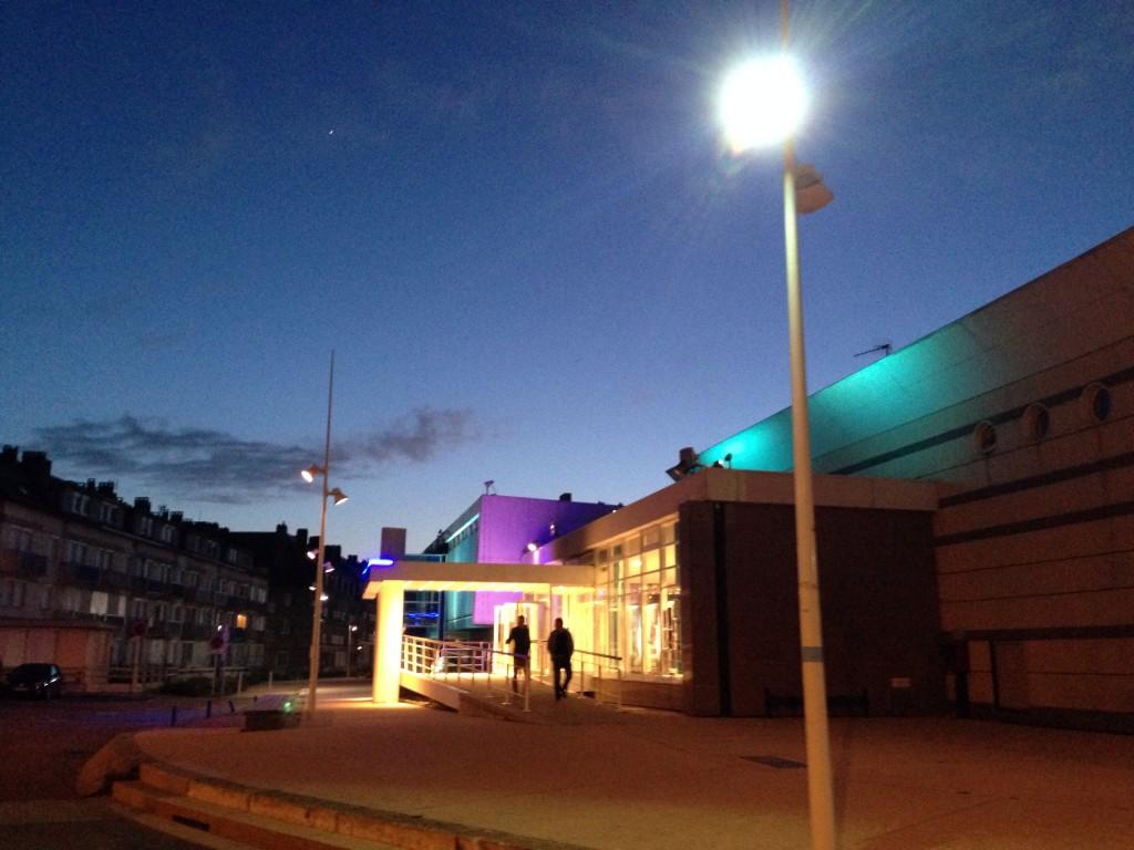 La sortie du casino de Saint-Valéry en Caux à la tombée de la nuit