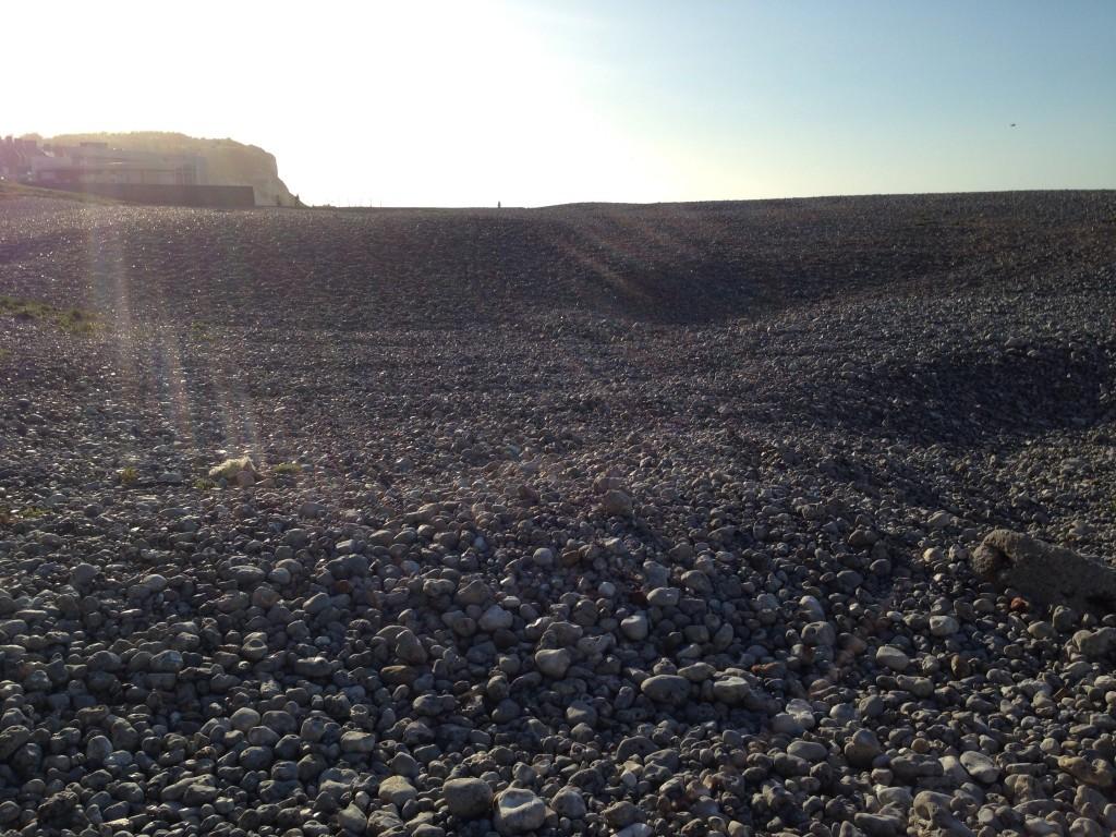 Une plage de galet à perte de vue