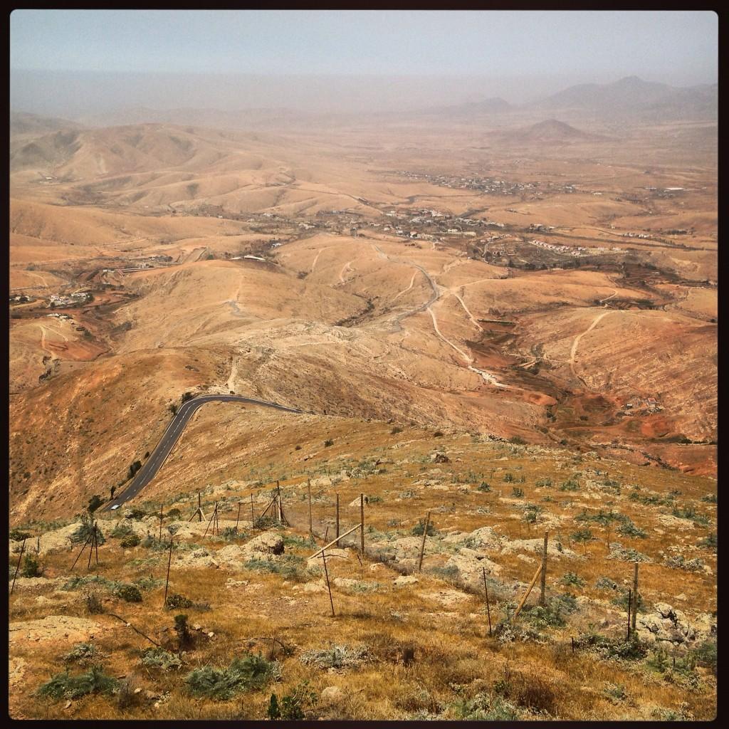 Les terres arides et rouges au centre de l'île