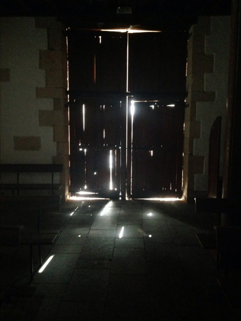 Une porte d'une église laisse passer la lumière