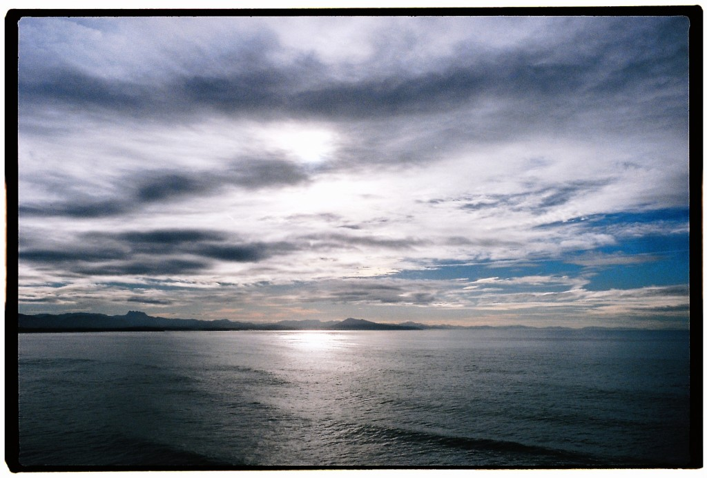 La côte des basques sous les nuages