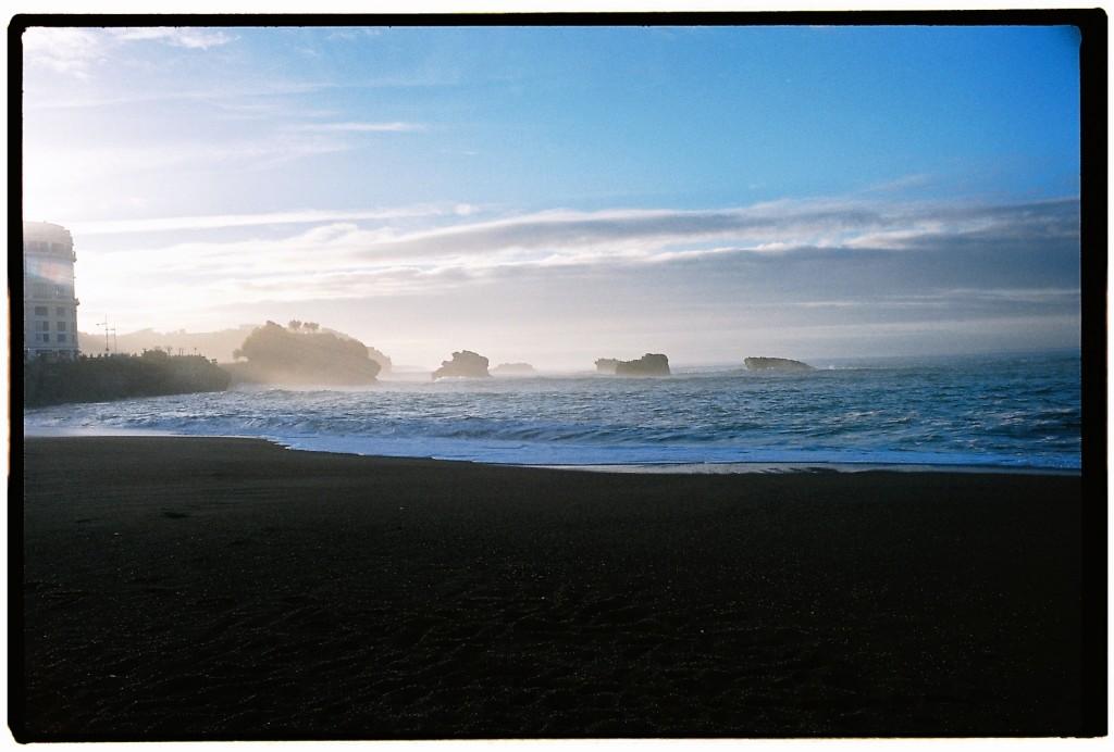 La grande plage hors saison, légèrement embrumée