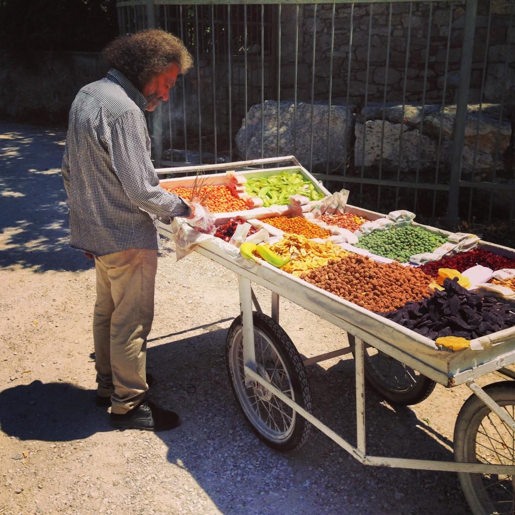 3. Un vendeur de fruits séchés à Athènes