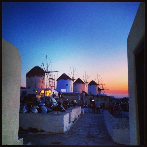 Une magnifique fin de journée sur les moulins à vent de l'île de Mykonos