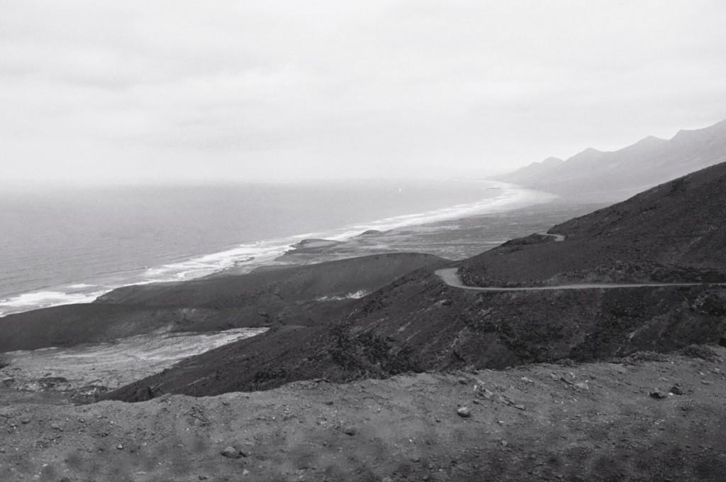 Une route de terre s'étale sur plus de 20 kilomètres pour arriver à Cofete