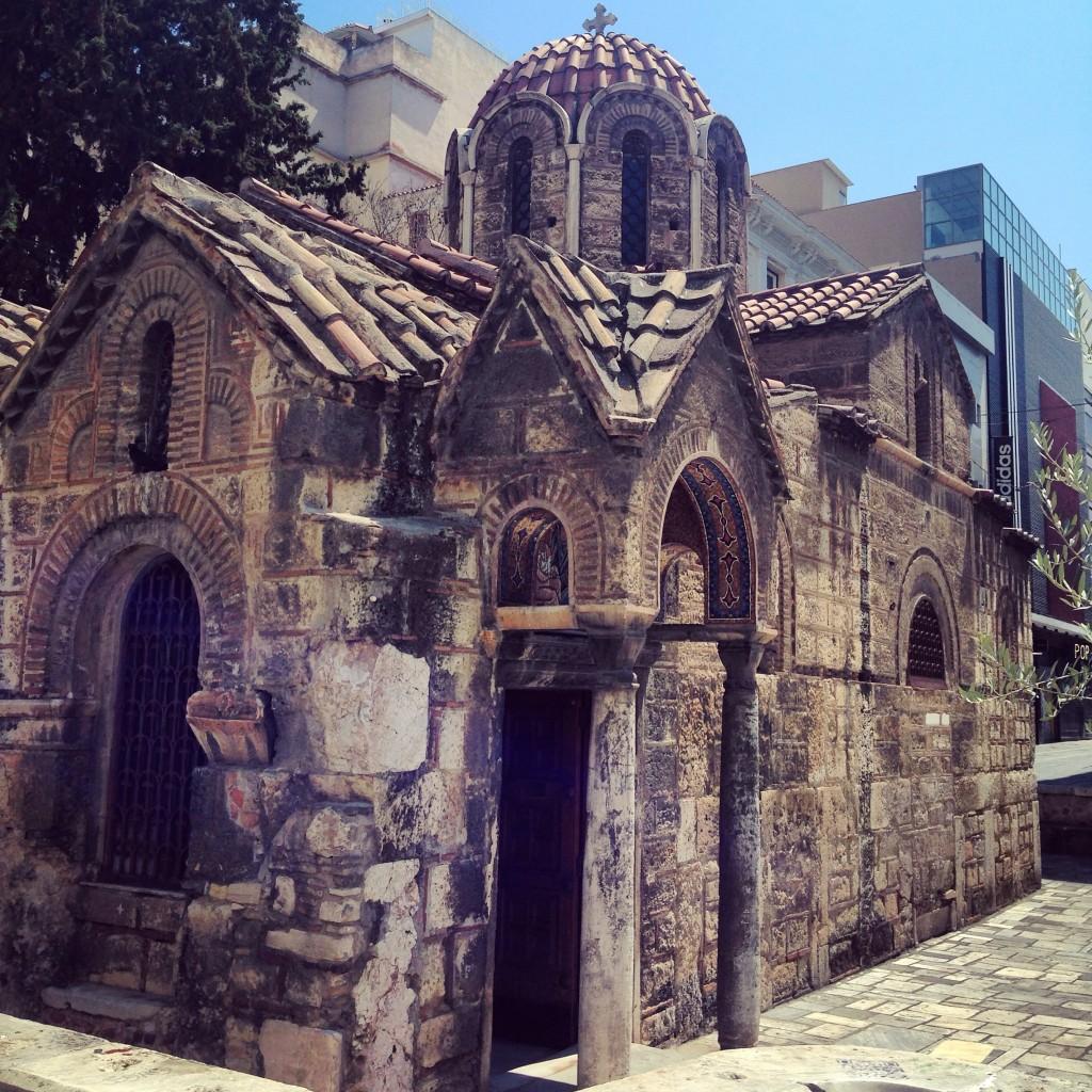 63. Une petite église dans le centre d'Athènes