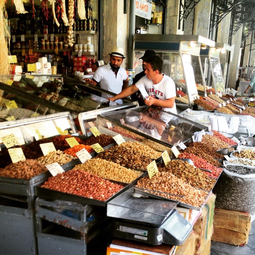 64.Un étale sur le marché central d'Athènes