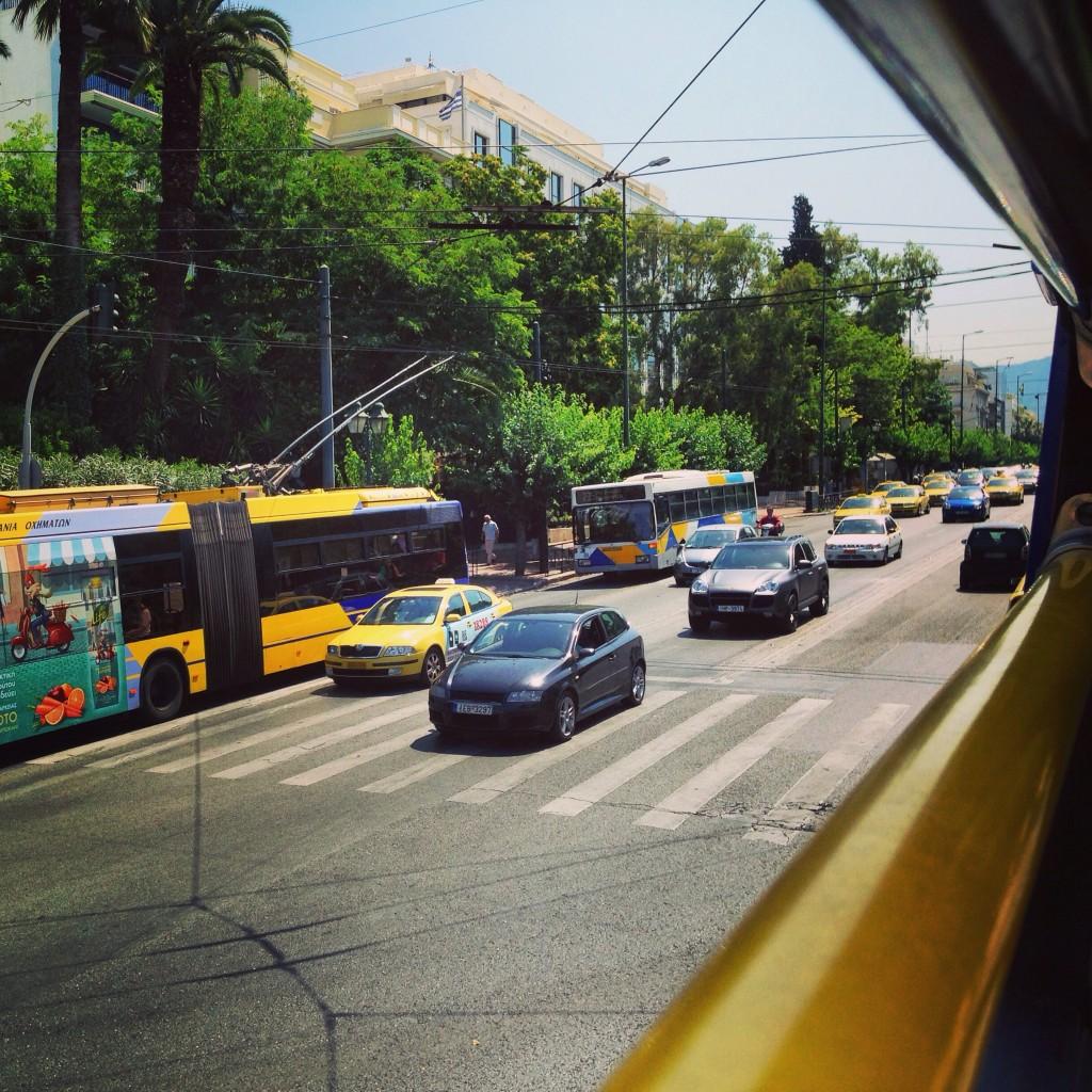 71. Les rues d'Athènes vue depuis un bus