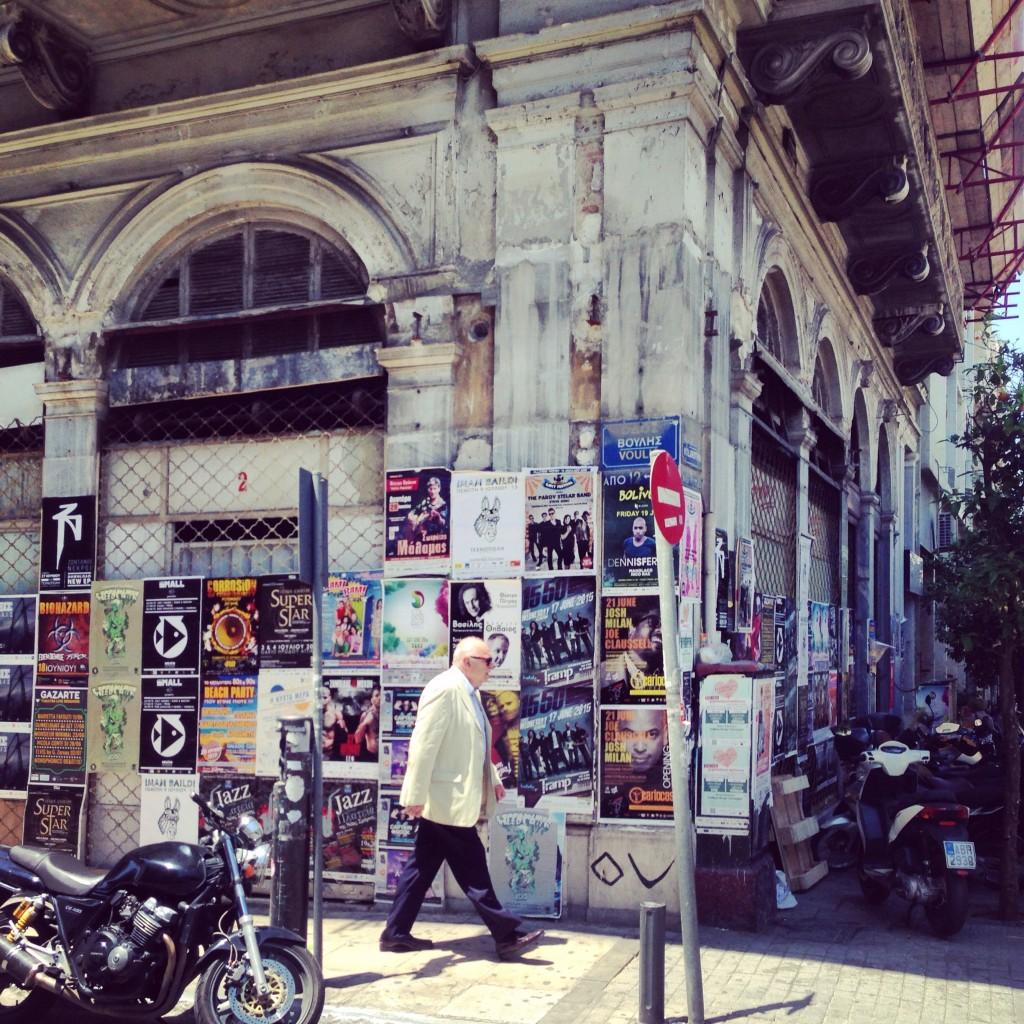Un grec se promène dans les rues d'Athènes