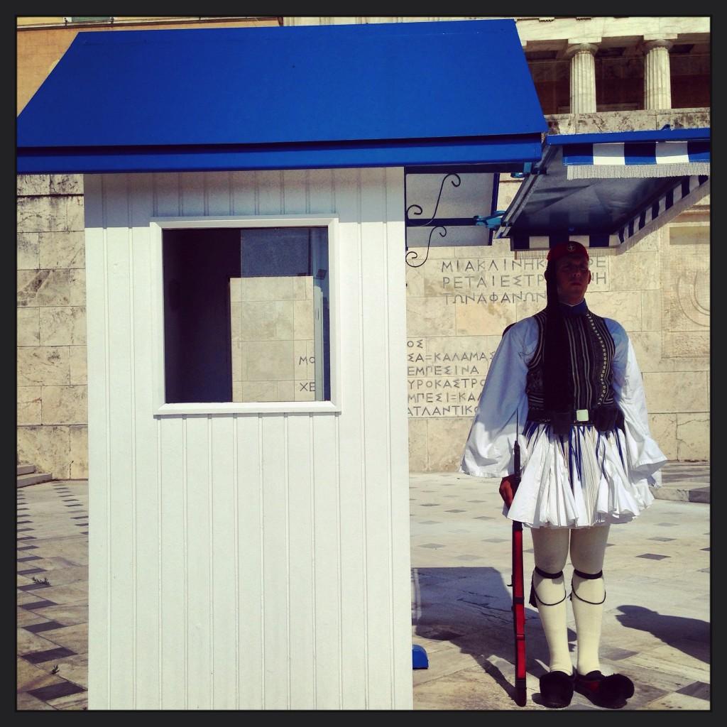 78. Un garde place de la Constitution à Athènes
