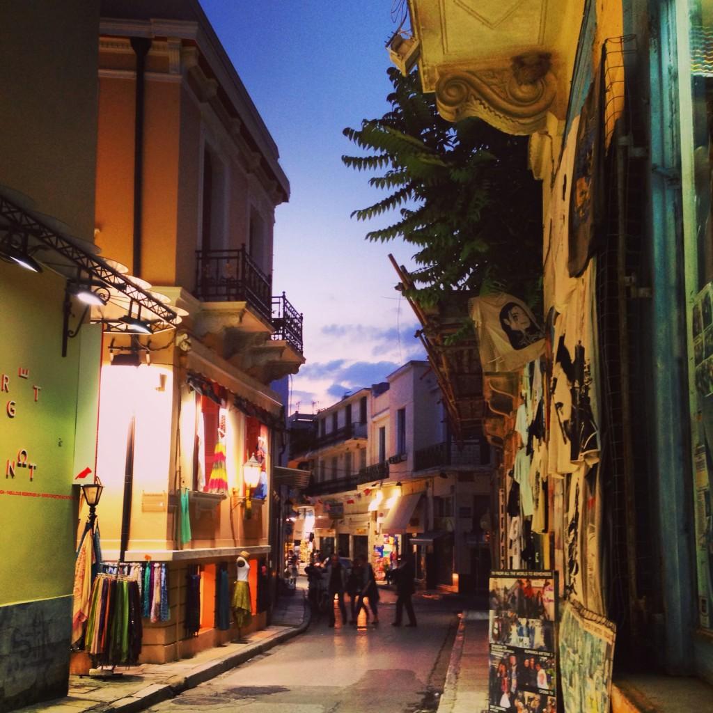 82. Une rue grecque du centre ville au crépuscule