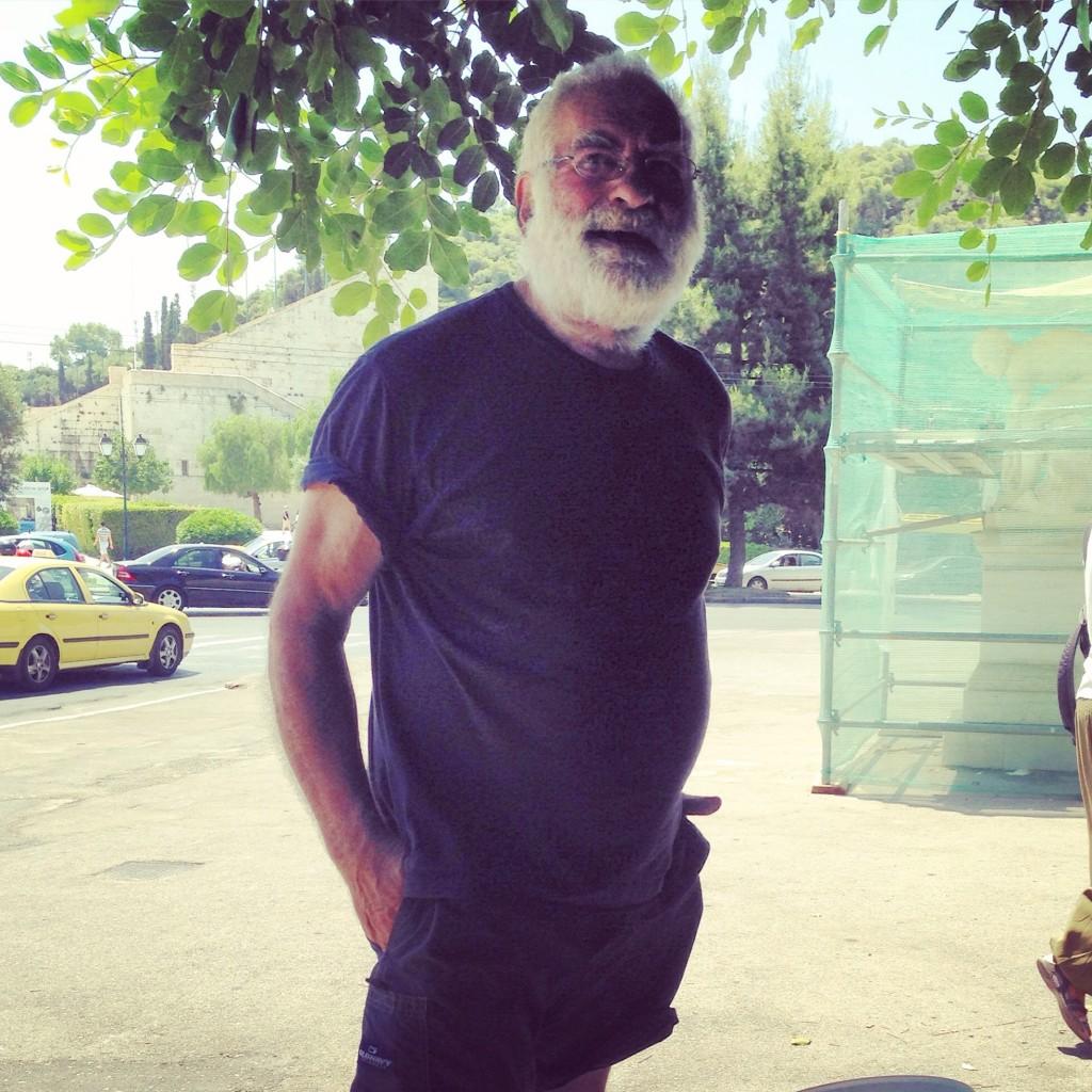 60. Un vendeur d'eau à Athènes attend des clients