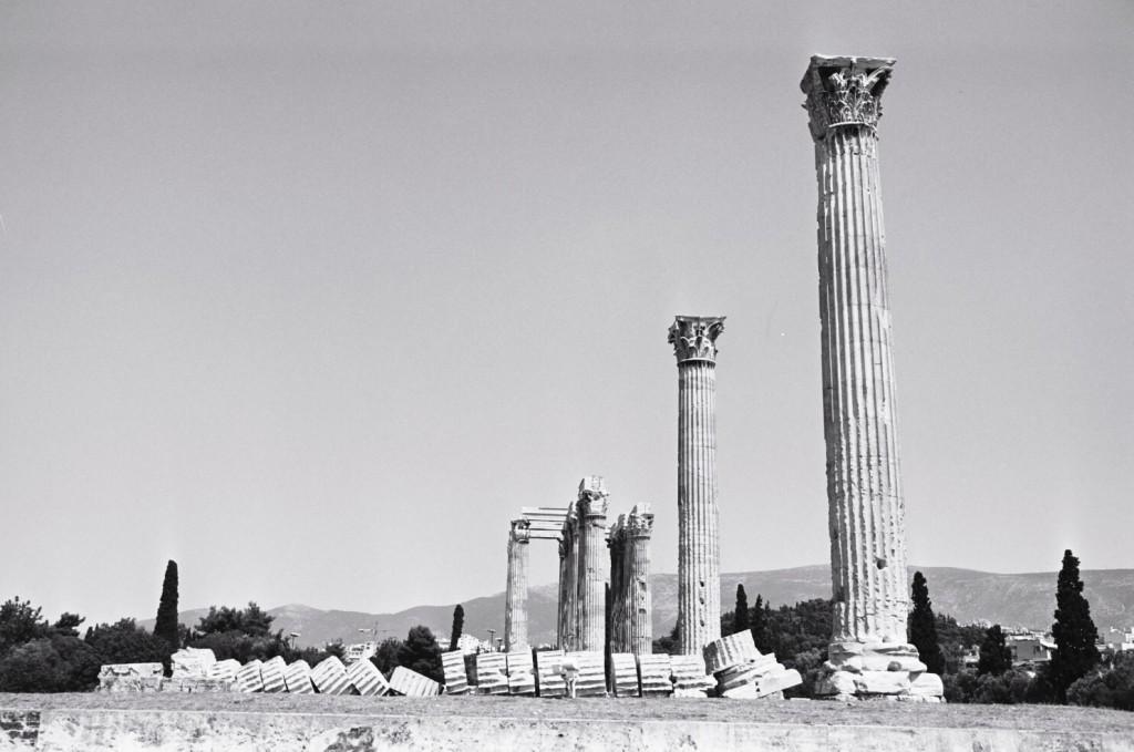 Au premier plan une colonne du temple de Zeus est entièrement tombée
