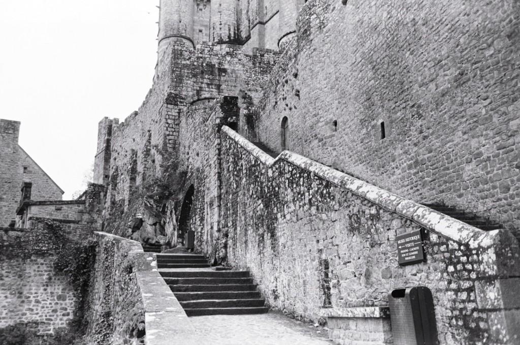 Escaliers le long des remparts de l'Abbaye