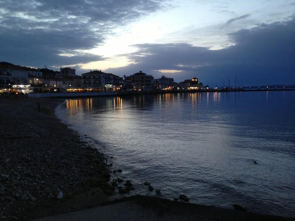 L'île de Spetsai au crépuscule