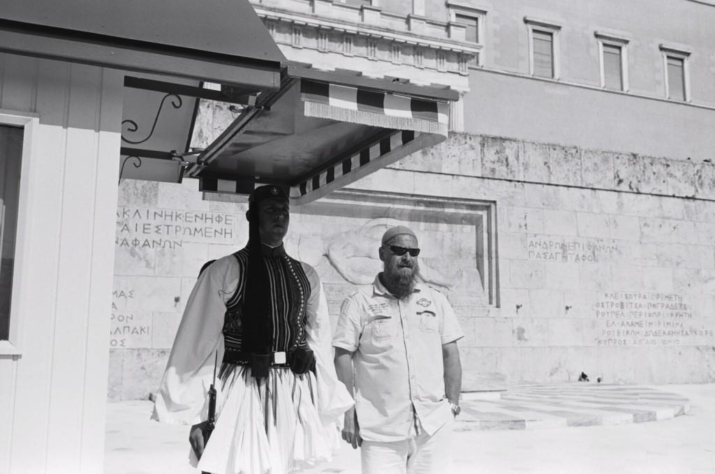 Un garde grec, accompagné d'un touriste place Syntagma