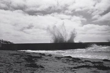 Un paquet de mer jaillit par dessus la digue
