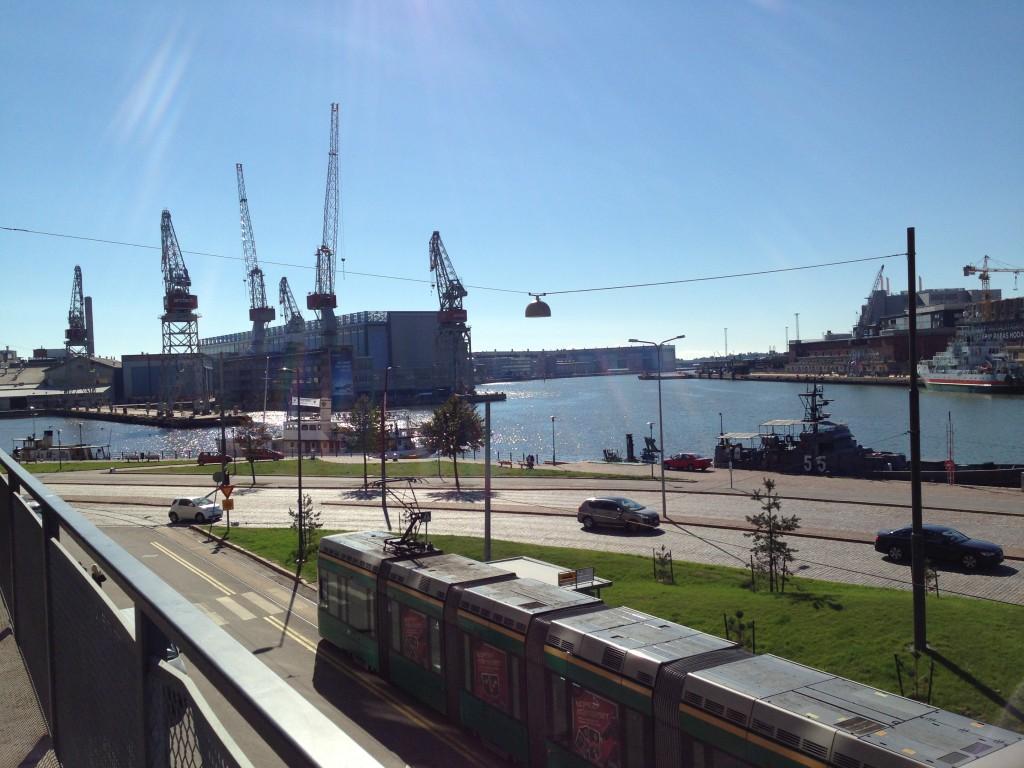 85. Un tramway et le port d'Helsinki en arrière plan