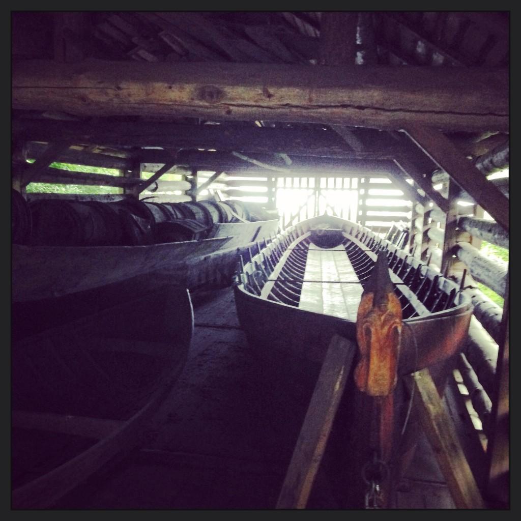 68. Une embarcation traditionnelle finlandaise à l'abri dans un hangar ventilé