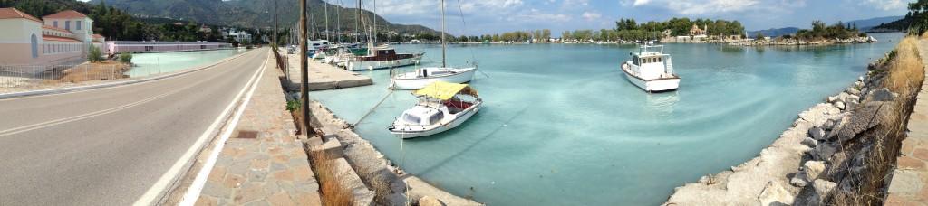 Une eau thermale jaillit dans un petit port en Grèce