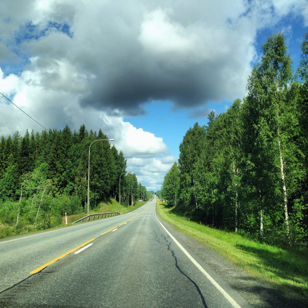 Sur la route, en Finlande, un petit air de Canada...