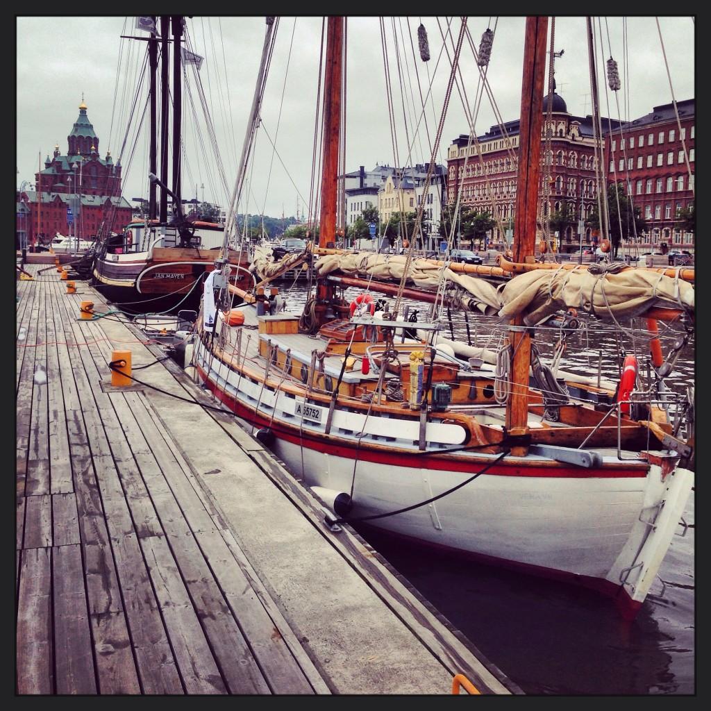 23. Le port d'Helsinki avec la cathédrale d'Uspenski en arrière plan