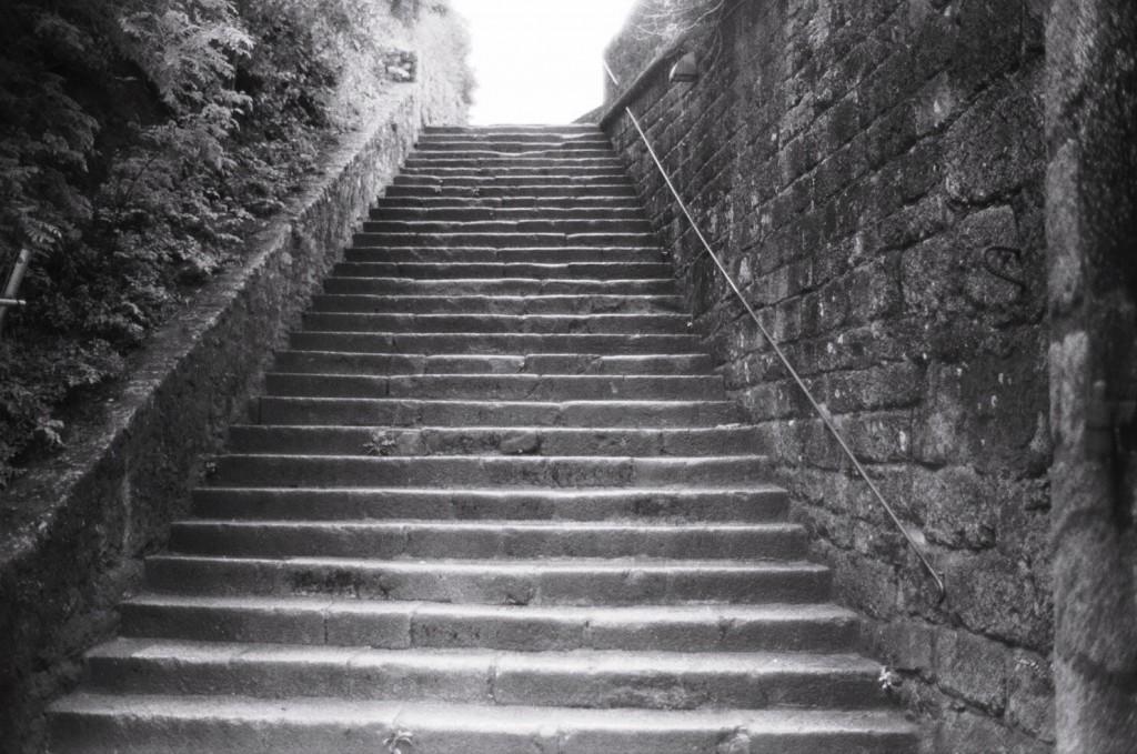un bel escalier de pierre, témoignage d'un riche passé