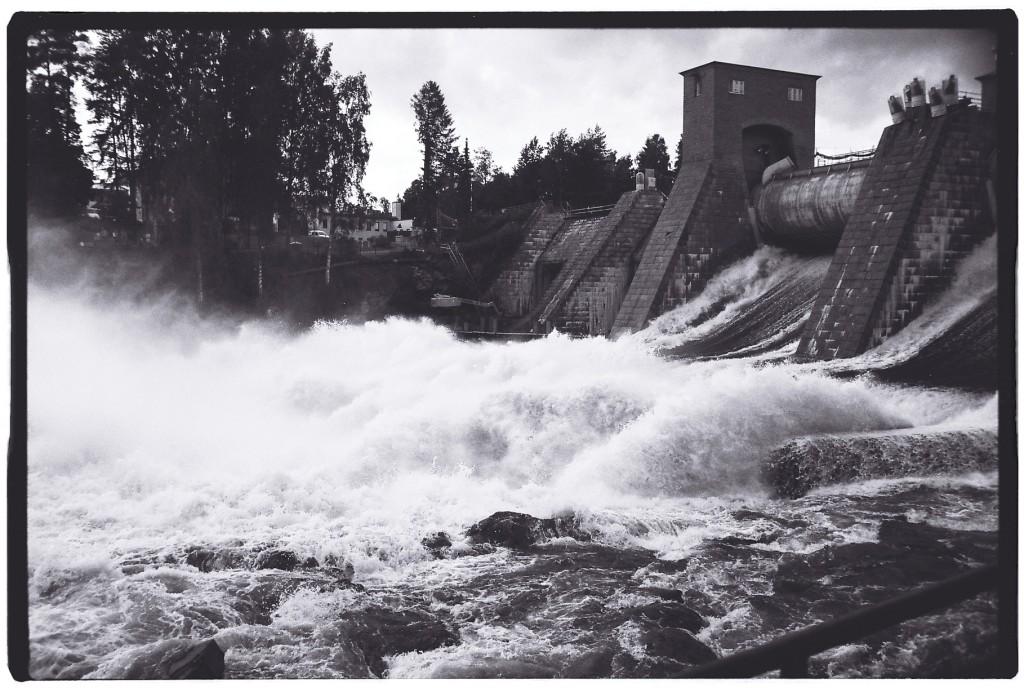Délestage de l'eau du barrage à Imatra
