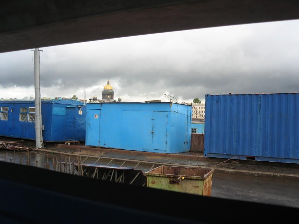 Les bords de la Neva occupées par les baraques de chantier